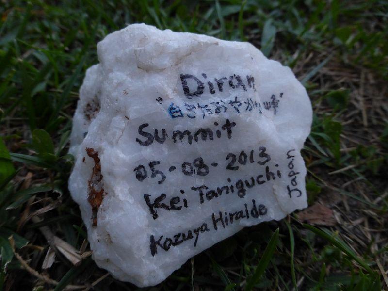 氷河上に落ちていた石に記録を残しミナピン村に並べる
