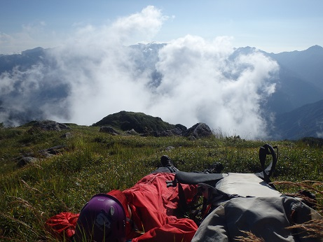 2015北方稜線kei (220)毛勝山頂で太陽の日を浴びる