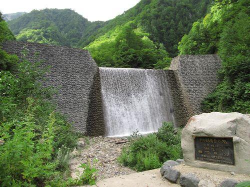 【白馬村にある平川の砂防ダム 撮影:田口康夫】